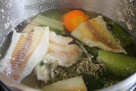 Варить до готовности рыбы — у меня минут 5 с момента закипания. Рыбу вынуть.