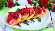 Фото рецепта Сырники с клубникой и клубничным сиропом