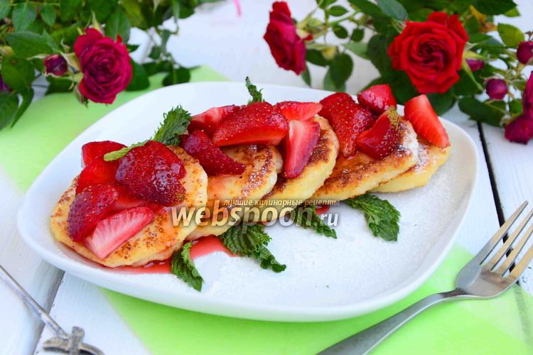 Фото Сырники с клубникой и клубничным сиропом