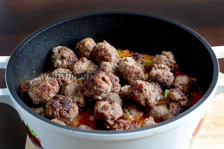 В готовый соус добавить все фрикадельки и осторожно перемешать. Так как, в составе их нет яйца, они получаются очень мягкими и нежными.