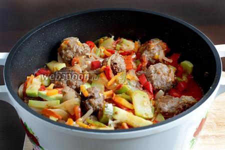 Держать фрикадельки в кипящем соусе 3 минуты. Затем огонь выключить и оставить всё под закрытой крышкой ещё на пять минут, чтобы фрикадельки пропитались соусом.