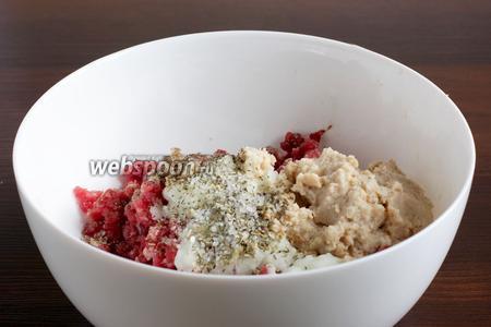 Говяжий фарш смешать с измельчённым луком, зубчиком чеснока, размоченным и отжатым хлебом без корочек. Посолить морской солью с травами, поперчить.