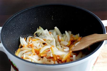 На этом же масле обжарить лук и морковь. Жарить до размягчения лука. Если нужно, то добавить ещё растительное масло.