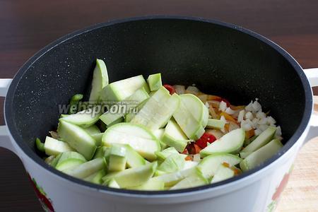 Когда перец размягчится, можно добавлять кабачок и чеснок. Поджарить до мягкости кабачка.