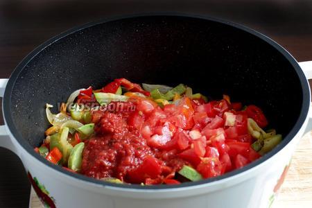 Добавить нарезанный помидор и томатный соус. Влить  стакан воды или бульона, посолить и поперчить. Попробовать. Если будет сильно кислить, то добавить немного сахара. Довести до кипения и тушить под закрытой крышкой 5 минут.