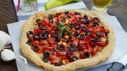 Фото рецепта Слоёная лепёшка с маслинами и помидорами