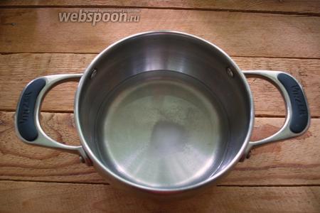 В кастрюльку влить воду. Добавить 1 ч. ложку соли. Вскипятить.