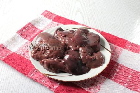 Свиную печень (500 г) помыть и нарезать небольшими кусочками.