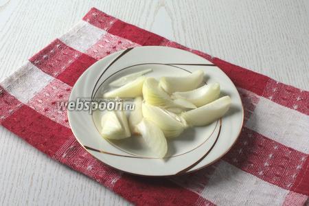 Лук репчатый (1 штуку) почистить, нарезать небольшими кусочками.