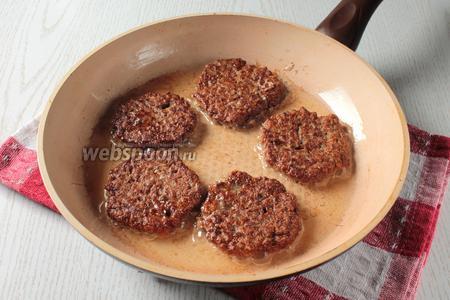 После обжаривать свиные печёночные котлеты с двух сторон на сковороде, на подсолнечном рафинированном масле (100 мл), как оладьи, набирая печёночный фарш столовой ложкой.