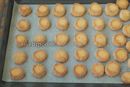 Разогреваем духовку до 180 °С и выпекаем печенье около 20 минут до красивого золотистого цвета. Обязательно следите чтобы печенье не пригорело, так как духовки у всех разные, кому-то времени может понадобиться меньше. Сразу вынимаем печенье из духовки. Приятного аппетита!