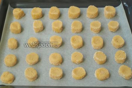 Застилаем пергаментом противень и выкладываем заготовки печенья на расстоянии 2-3 см друг от друга.
