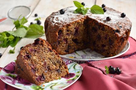 Ореховый пирог с чёрной смородиной