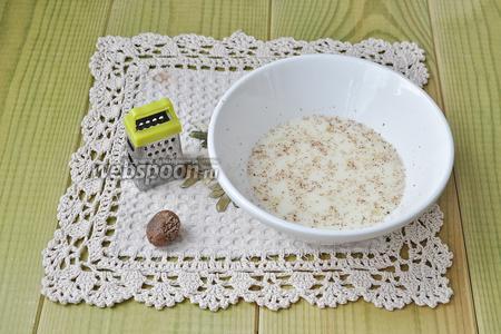 Яйца взбить со сливками и добавить мускатный орех.