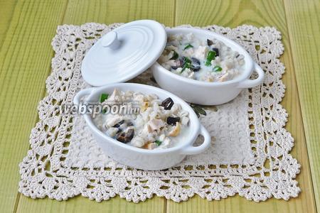 Смазать формочки маслом выложить нашу смесь и залить яйцами со сливками.