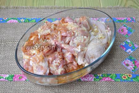 Курицу выложить в миску смазывая каждый кусок оливковым маслом.
