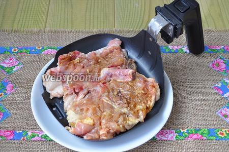 Через сутки куриные котлеты выложить на сковородку для гриля от мультипечи (у меня PHILIPS  HD 2935).