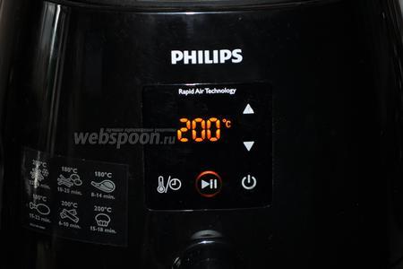 В течение 3 минут разогреть печь при температуре 200ºC.
