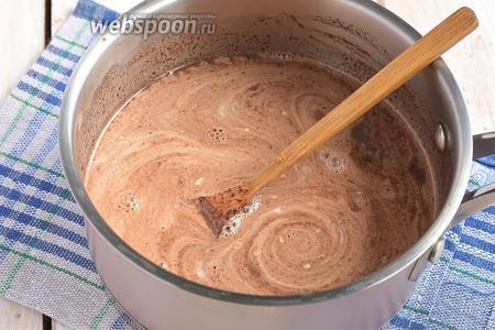 Сливки довести до кипения и добавить в шоколадную массу. Хорошо перемешать.