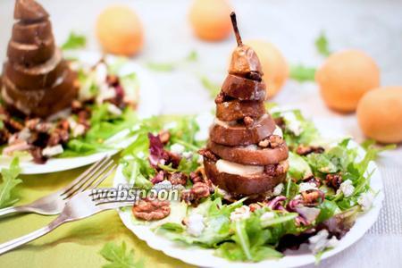 Тёплый салат с запечённой грушей
