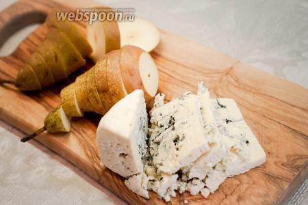 Груши помыть и нарезать кольцами шириной примерно 1 см, сыр с голубой плесенью нарезать пластинками.
