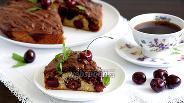 Фото рецепта Нежный пирог с черешней и клубникой