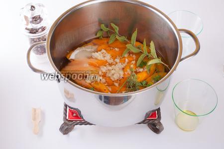 После закипания убавить огонь на минимум, ввести все оставшиеся компоненты и томить морковь на слабом огне 10-15 минут.