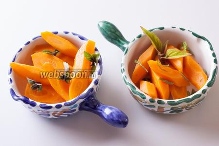 Морковь по-пьемонтски можно сервировать со свежими травами — базиликом, шалфеем, тимьяном, мятой. Собственно, можно на разные концы стола поставить мисочки с разными травками.