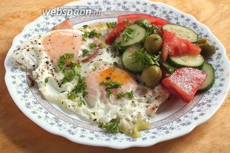 Готовую яичницу подавайте горячей, она прекрасно сочетается, например, с овощным салатом. Приятного завтрака!