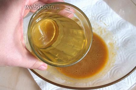 Постепенно подливая масло небольшими порциями, продолжайте взбивать соус. Рафинированное и нерафинированное масло можно добавлять в любой очерёдности.