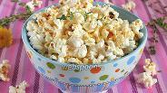 Фото рецепта Попкорн с маслом и чесноком в микроволновке