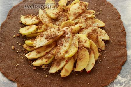На орехи раскладываем яблочки с изюмом (у меня, внезапно, закончился, но он здесь необходим, кислых сортов). Посыпаем сахаром, корицей и оставшимися орехами.