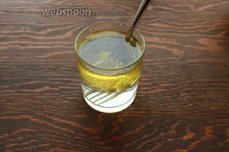 Масло смешать с кипятком, влить в луночку к сухим ингредиентам.