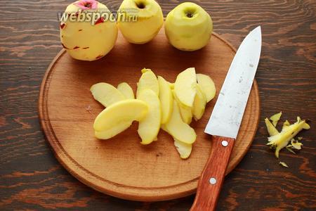 Очищенные яблочки нарезать дольками, сбрызнуть лимонным соком.