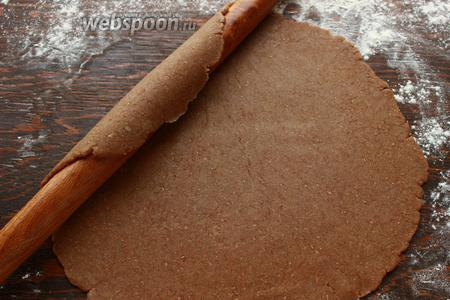 Аккуратно, с помощью скалки, перенести тесто на застелённый противень. Тесто довольно крохкое, мягкое, если не уверены, раскатывайте на пергаменте.