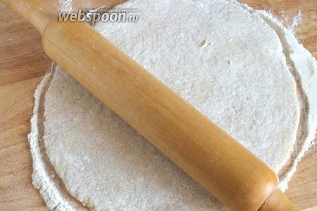 Хорошенько присыпьте тесто мукой и раскатайте в пласт толщиной примерно 0,5-0,7 см.