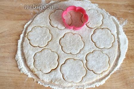 Вырежьте печенье любой желаемой формы.