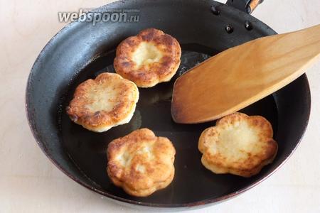 Стряхните лишнюю муку и обжаривайте печенье в растительном масле, с двух сторон, на среднем огне до золотистого цвета.