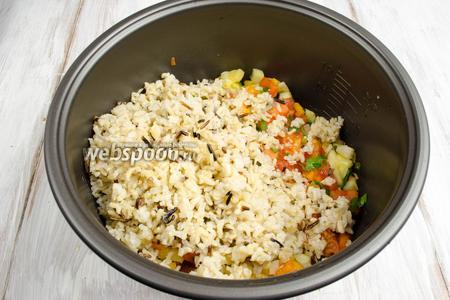 Добавить подготовленный рис. Перемешать.