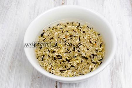 В первую очередь приготовить рис. Залить рис холодной водой. Оставить на 1 час. Лучше сделать это заранее.