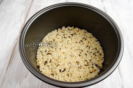 Воду слить. Рис высыпать в чашу мультиварки (у меня мультиварка Panasonic). Залить рис 320 мл холодной воды. Поставить чашу в мультиварку. Закрыть крышку. Включить режим приготовления «Гречка». Варить до полуготовности.