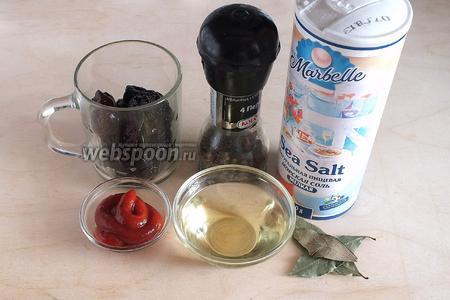 Так же понадобятся: чернослив, перец, соль, томатный соус (любой по вкусу), масло для жарки и лавровый лист. Ещё понадобится немного воды или бульона, по желанию.