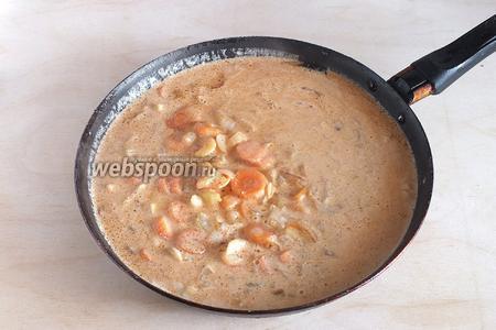 Мясо выложить, а на сковороду добавить овощи. Слегка обжарить, затем добавить томатный соус и сливки, тушить минут 5-7.