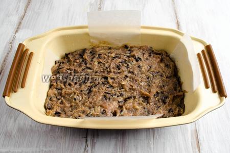 Форму для выпечки смазать маслом. Выложить на дно формы половину фарша.
