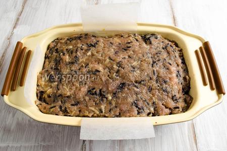 Накрыть начинку оставшимся фаршем. Поставить форму в горячую духовку. Запекать мясной хлебец при температуре 170 °C в течение 45 минут.
