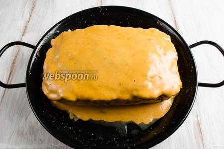 Выложить аккуратно мясной хлебец на блюдо для запекания. Залить его тёплой глазурью. Снова поставить в духовку и продолжить запекание ещё 15 минут при той же температуре.