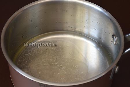 В кастрюле довести до кипения соль, воду и подсолнечное масло.