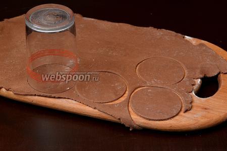 Раскатать тесто толщиной 0,3 см и вырезать кружки.