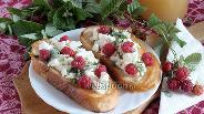 Фото рецепта Тосты с брынзой мёдом и малиной