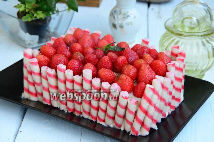 Фото Клубничный торт с банановой прослойкой и вафельными трубочками